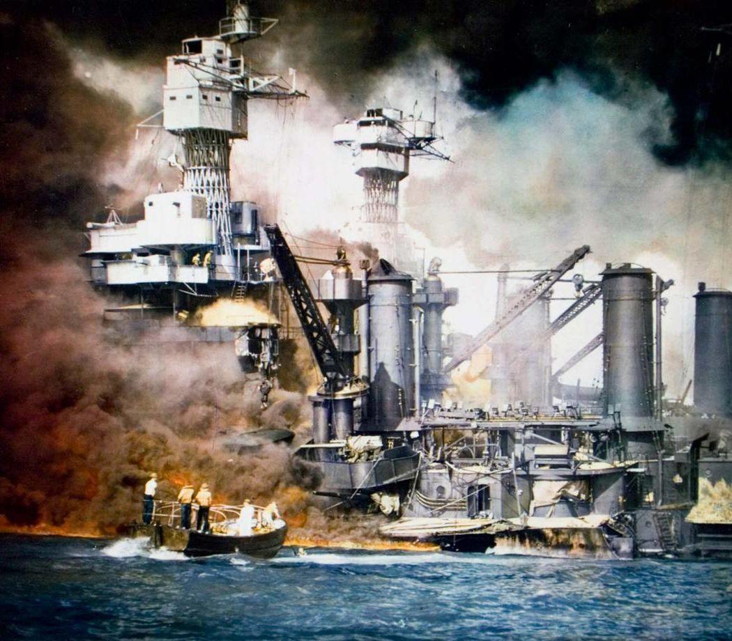 Photo colorisée de sauveteurs portant assistance aux survivants du navire USS West Virginia peu de temps après l'attaque japonaise sur Pearl Harbor