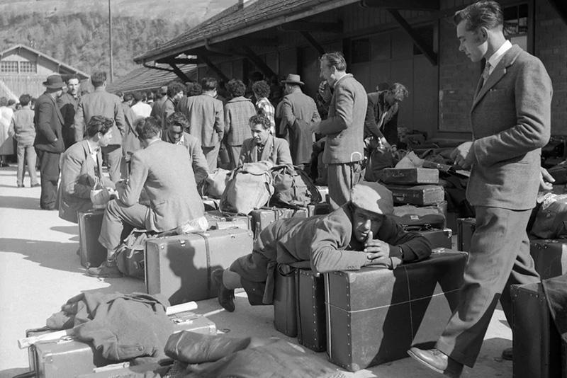 Immigrants italiens en gare de Brig, Suisse